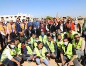 """وزير القوى العاملة يشارك 500 طالب بزراعة 9 أفدنة بجامعة أسوان في مبادرة """"هنجملها"""""""