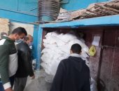 إعدام طن أغذية فاسدة وغلق 18 منشأة غير مرخصة بالشرقية.. صور