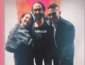 آسر ياسين معلقا على صورته مع أحمد حلمى ومنى زكى: الجميلة والكوميدى