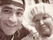 """الحضري بصورة مع والدته: """"كن لأمك خادماً وصديقاً فهى أجمل نساء الدنيا.. صورة"""