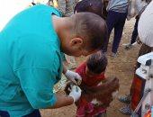 """طفلة تصطحب """"معزة"""" لتحصينها ضد الأمراض خلال قافلة بيطرية بقنا.. صور"""