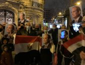 """هتافات """"تحيا مصر"""" و""""بنحبك يا سيسى"""" تدوي فى شوارع باريس.. فيديو وصور"""