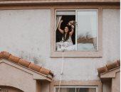 """""""روميو وجوليت"""".. كورونا تجبر ثنائى أمريكى على الزواج من خلال """"النافذة"""""""