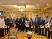 وزير شئون المجالس النيابية يكرم 21 من الموظفين المتميزين بديوان الوزارة