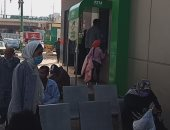العمالة غير المنتظمة تتوافد على مكاتب البريد بأسيوط لصرف المنحة الرئاسية.. صور