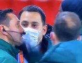 انسحاب لاعبى باريس سان جيرمان وباشاك شهير بسبب عنصرية الحكم..فيديو