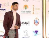أمير المصري مع والده على السجادة الحمراء لفيلمه البريطاني بمهرجان القاهرة