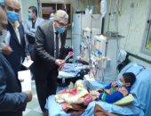 نائب رئيس جامعة بنها وعميد كلية الطب يوزعان الورود والهدايا على أطفال الغسيل الكلوى