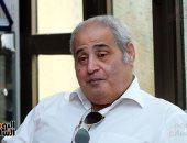 أسرة نبيل فاروق تستقبل واجب العزاء وتمنع دخول المصورين فى عزاء رجل المستحيل