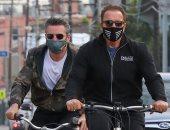 """أرنولد شوارزنيجر يمارس رياضة """"ركوب الدراجة"""" في سانتا مونيكا.. صور"""