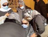 انهيار زوجة الكاتب نبيل فاروق بعد وصول جثمانه لأداء صلاة الجنازة
