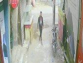 عاطلان يسرقان دراجة بخارية فى الصف.. وكاميرات المراقبة ترصدهما