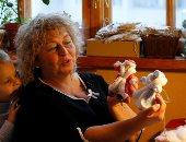 فلكلور روسي.. فنانة أوكرانية تصنع زينة عيد الميلاد من القطن والقمح.. ألبوم صور