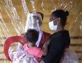 برازيلية ترتدى زى بابا نويل وتعانق الأطفال خلف الحواجز بسبب كورونا.. فيديو