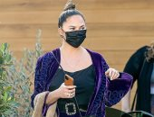 """كريسي تيجن تخطف الأنظار بـ""""كمامة"""" سوداء خلال تسوقها في لوس أنجلوس"""