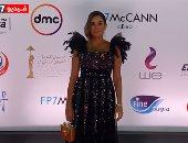 أمينة خليل تتعثر بفستانها في ختام مهرجان القاهرة: ثانية عشان اتزنقت