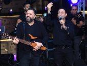 مصطفى قمر يشارك إدوارد الاحتفال بعيد ميلاده بحضور فرقة الجيبسى.. صور