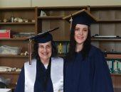 سيدة أمريكية عمرها 75 عاما تتخرج من الجامعة مع حفيدتها