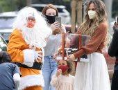 """كريسى تيجن بصحبة أطفالها مع """"سانتا كلوز"""" قبل احتفالات """"الكريسماس"""".. صور"""