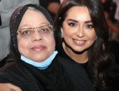 """هبة مجدى تظهر مع والدتها بحفل تكريمها.. وحنان ترك تعلق: """"ربنا يرزقك برها"""""""