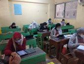 طلاب أولى ثانوى يؤدون الامتحان التجريبى للتدريب على استخدام التابلت.. صور