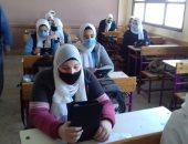 طلاب أولى ثانوى بالجيزة يؤدون الامتحان التجريبى لمادتى اللغة العربية والأحياء