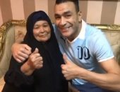 عصام الحضرى بفيديو مع والدته: لو كان العالم بكفة وأمى فى كفة لاخترت أمى