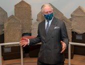 الأمير تشارلز يعبر عن افتتانه بالآثار خلال زيارة متحف مستوطنة رومانية.. صور