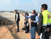 """فيديو.. الرئيس السيسي يسأل عن موعد انتهاء تطوير الدائرى الأوسط.. وعامل: """"أسبوعين"""""""