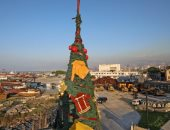 شجرة عيد الميلاد تتزين بزى رجال الإطفاء فى مرفأ بيروت تكريما لهم.. صور