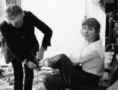 """بول مكارتني يهنئ تايلور سويفت على نجاح ألبوم """"Evermore"""" ويساعدها فى خلع الحذاء"""