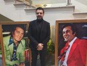 عمرو ورانيا محمود ياسين يتوسطان صور والدهما بحفل تأبينه فى المسرح القومى
