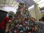 شجرة كريسماس عملاقة تتزين بالكمامات ومعقمات الأيدي فى كنيسة إندونيسية.. صور