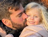 ابنة أليسون بيكر حارس مرمى ليفربول تخطف الأنظار بجمالها x صورة مع والدها