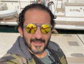 أحمد حلمى يرد بطريقة ساخرة على متابع حلم بتناوله فسيخ ورنجة فى منزله