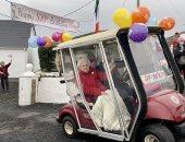 موكب ضخم احتفالاً بعيد ميلاد امرأة بلغت 100 عام على جزيرة إيرلندية.. فيديو وصور