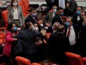 اشتباكات عنيفة وتبادل لكمات بين نواب أردوغان والمعارضة في برلمان تركيا.. صور