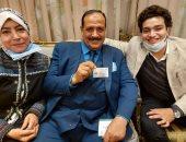 """عضو بـ""""النواب"""" يحتفل مع أسرته داخل المجلس بعد استلام كارنيه العضوية"""