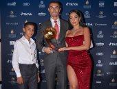 رونالدو يشكر صديقته جورجينا وأبنه بعد الفوز بجائزة أفضل لاعب فى القرن