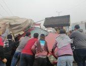 انقلاب سيارة نقل على الطريق الزراعى أمام مدينة قها بالقليوبية.. صور