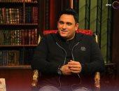 أكرم حسنى يكشف كواليس أول حوار له في الإذاعة مع الزعيم عادل إمام.. فيديو