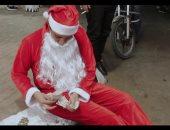 بابا نويل الغلابة.. سانتا كلوز يتسول فى شوارع قنا ويجمع 280 جنيها × ساعة