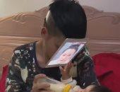 أب صينى يبتكر طريقة مميزة لإطعام رضيعه فى غياب والدته.. اعرف القصة
