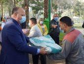 محافظ القاهرة يوزع هدايا على عمال النظافة احتفالا بالعام الجديد