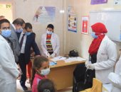 """الكشف على 731 حالة بقافلة جامعة سوهاج الطبية لقرية """"الأحايوة شرق"""" بأخميم"""