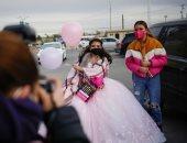 ارتدت فستان زفاف ووزعت الورود.. فتاة تحتفل بسن البلوغ في موقف سيارات.. ألبوم صور