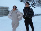 كايلي جينر تخضع لجلسة تصويرية بصحبة شقيقتها كيندال وسط الثلوج.. صور