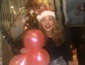 على طريقة بابا نويل..ليلى علوى تستقبل 2021 بقبعة سانتا كلوز والبلالين..فيديو
