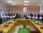 رئيس جامعة سوهاج يكرم 21 طالبا لاجتيازهم دورة الرقابة الصحية على اﻷلبان