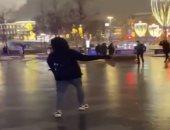 """سكان موسكو يستمتعون بأوقاتهم بعد تحول شوارعها إلى """"حلبة تزلج عامة"""".. فيديو"""